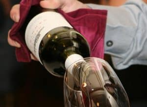 5 Easy Steps: How to present a bottle of wine like a sommelier?